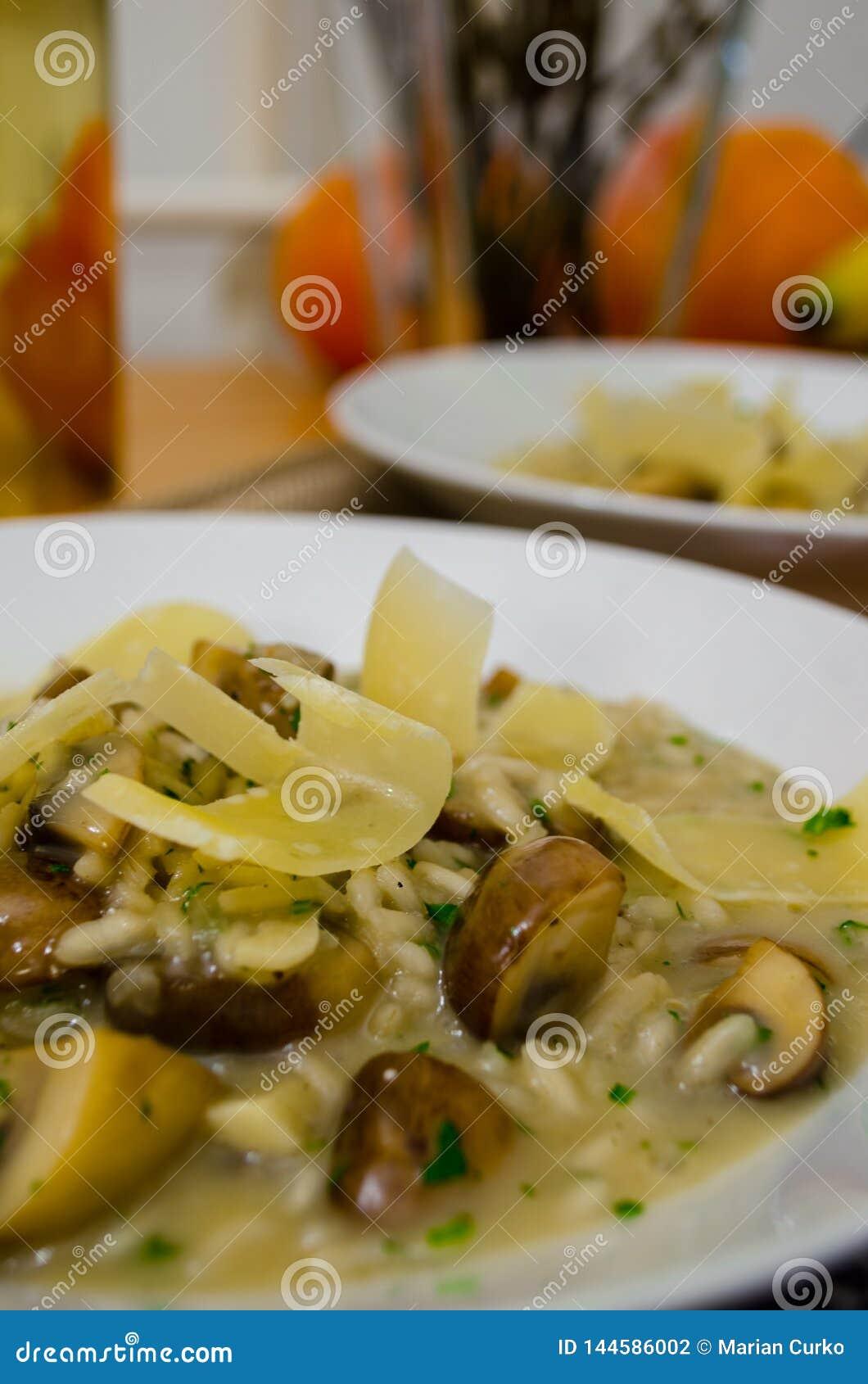 Porcini répand risotto avec des tranches de fromage