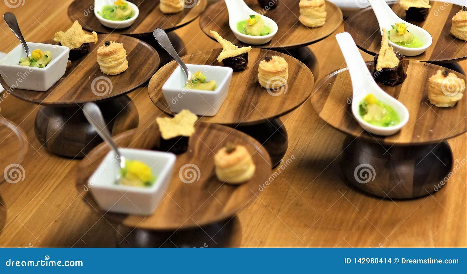 Porciones individuales de cena finas del menú fijo
