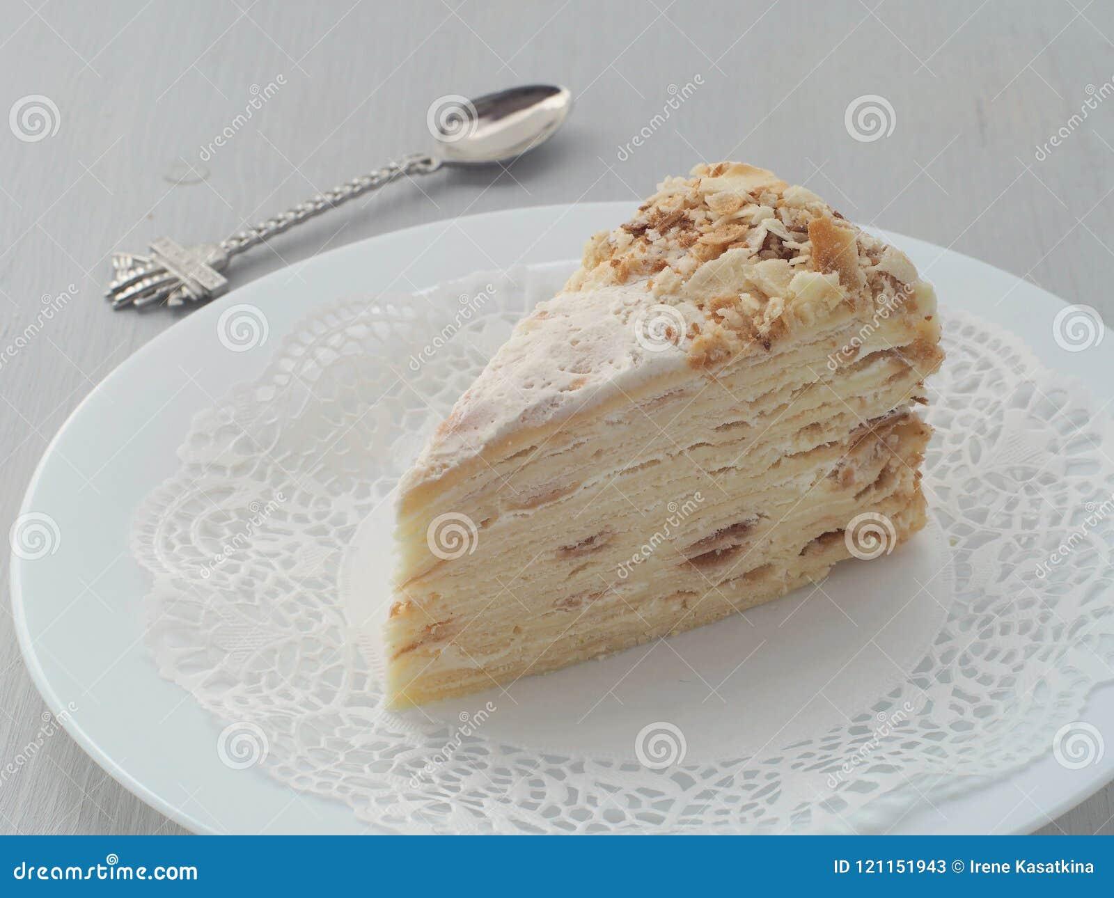 Porcja wielo- płatowaty tort z śmieszną łyżką Ptysiowego ciasta tort dekorujący z kruszkami