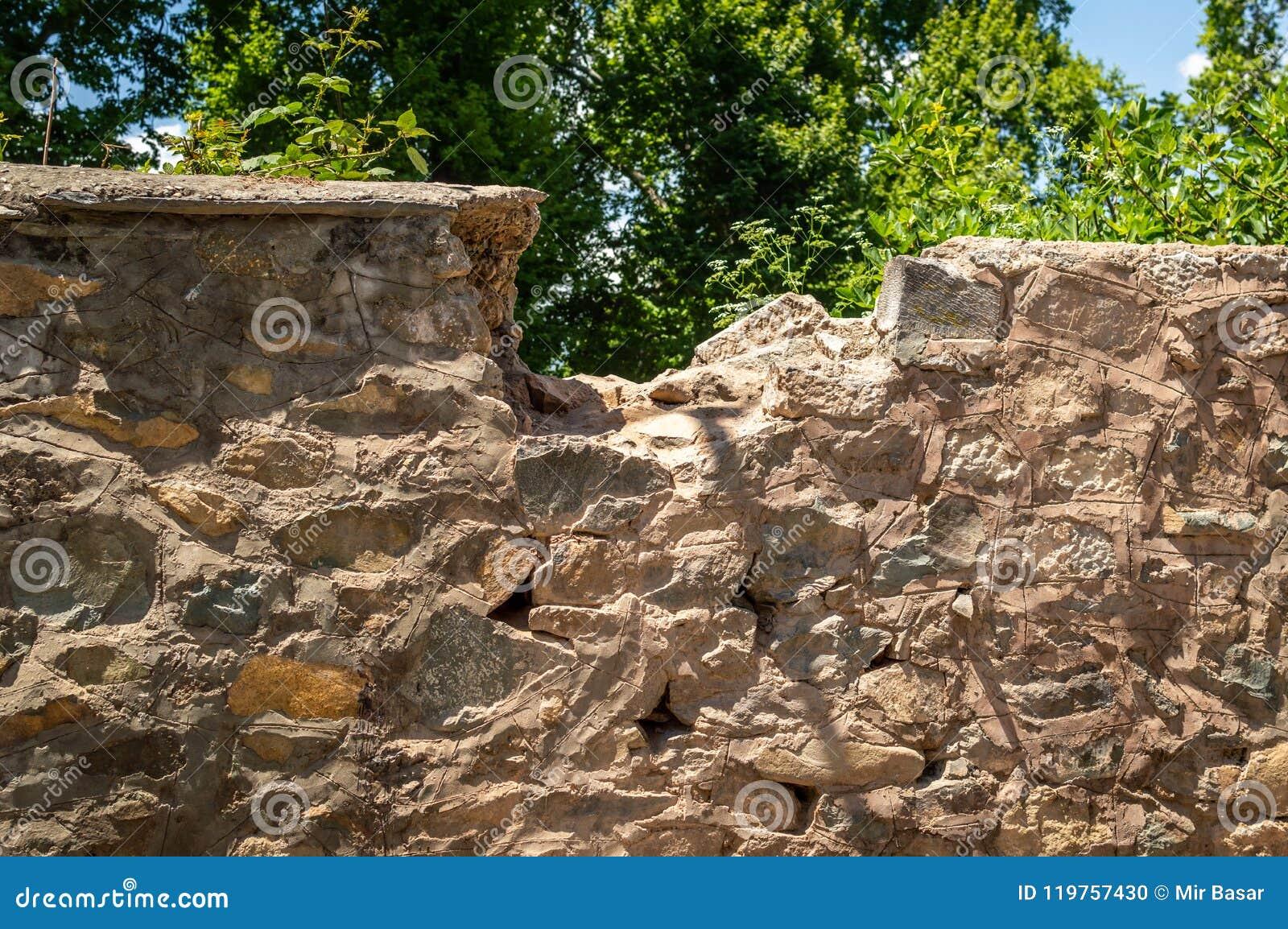 Porcja wierzchołek kamienna ściana jest łamana