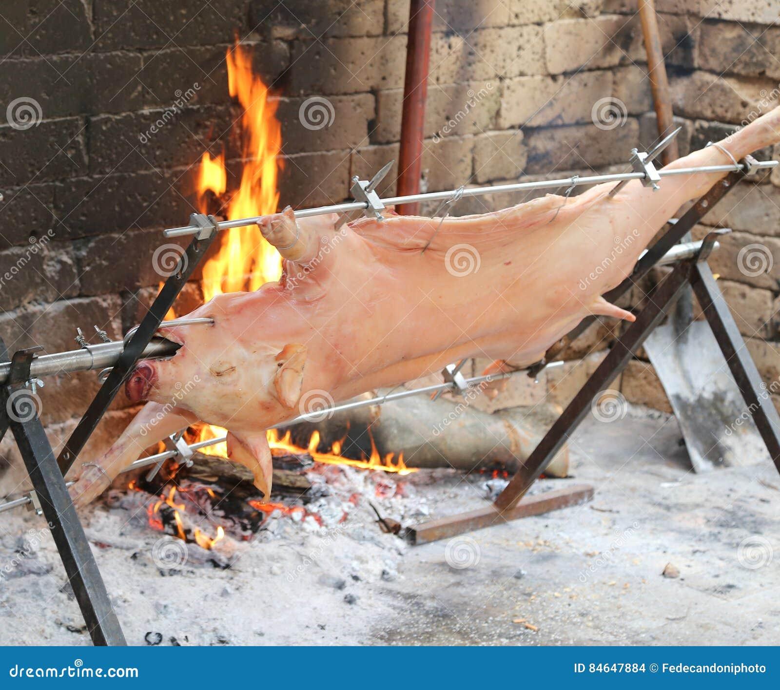 Porco no cuspe e cozinhado lentamente na grande chaminé