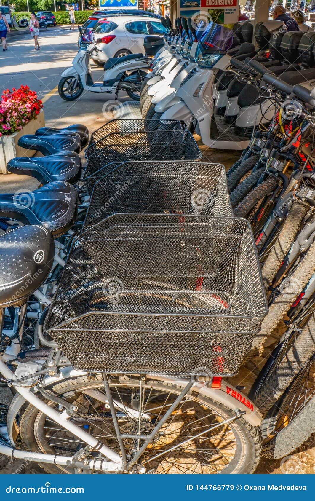 Porec, Kroatien am 29. August 2018: Fahrrad-Parken und Fahrradmiete in Sommer Porec im Freien