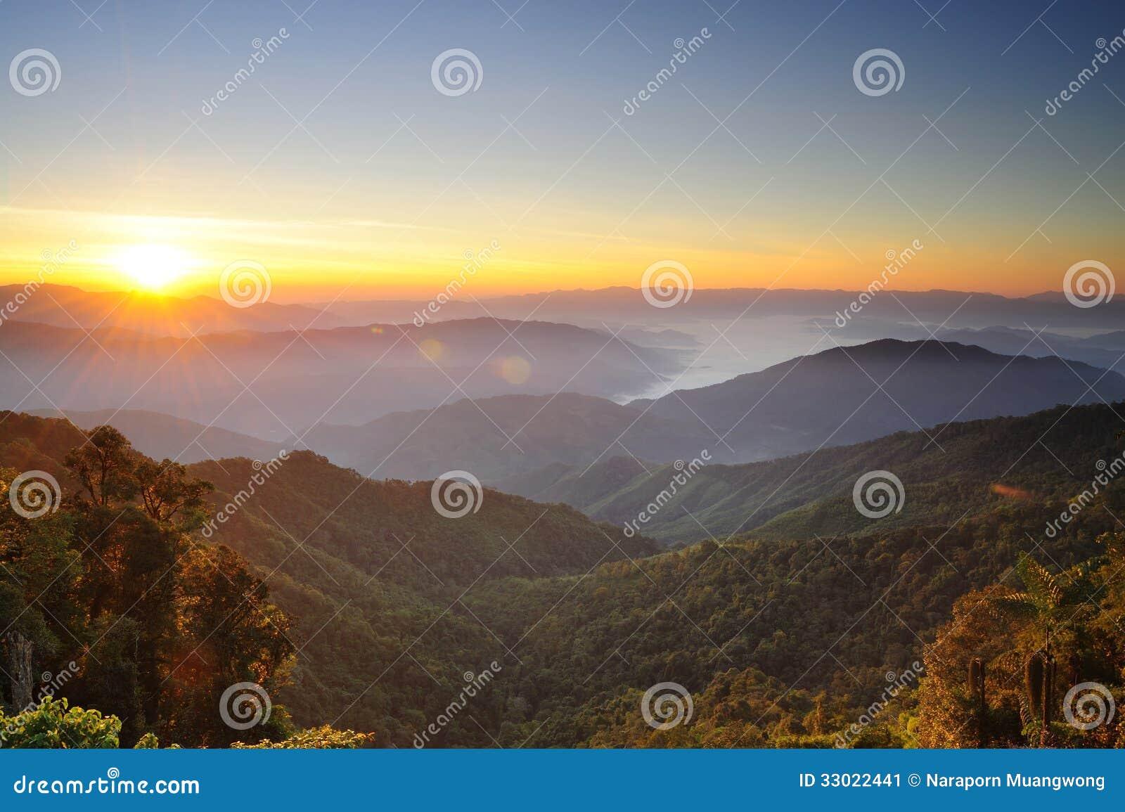 Pores do sol sobre montanhas
