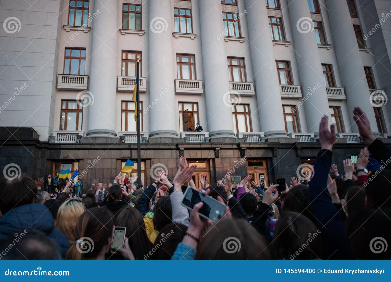 Poroshenko agradeceu aos ucranianos que vieram lhe agradecer e o apoiar