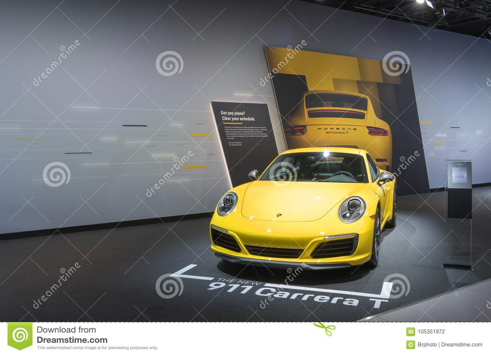 Porsche 911 Carrera T på skärm under auto show för LA