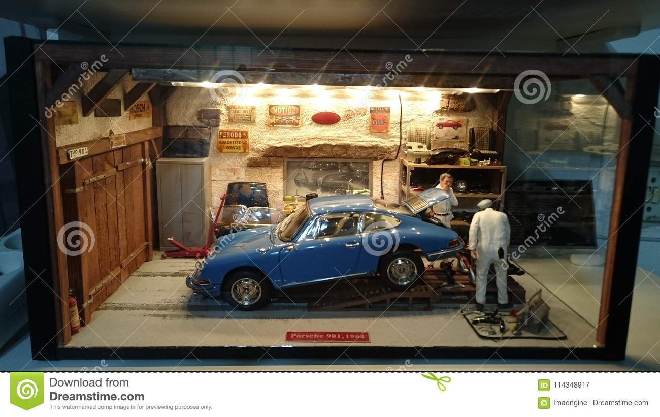 Porsche 901 garage scale diorama editorial photography for Garage auto discount montpellier