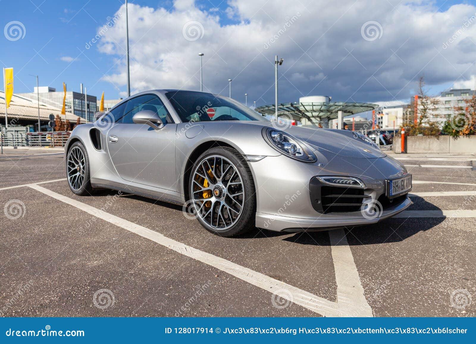 Porsche 911 steht auf Parkplatz