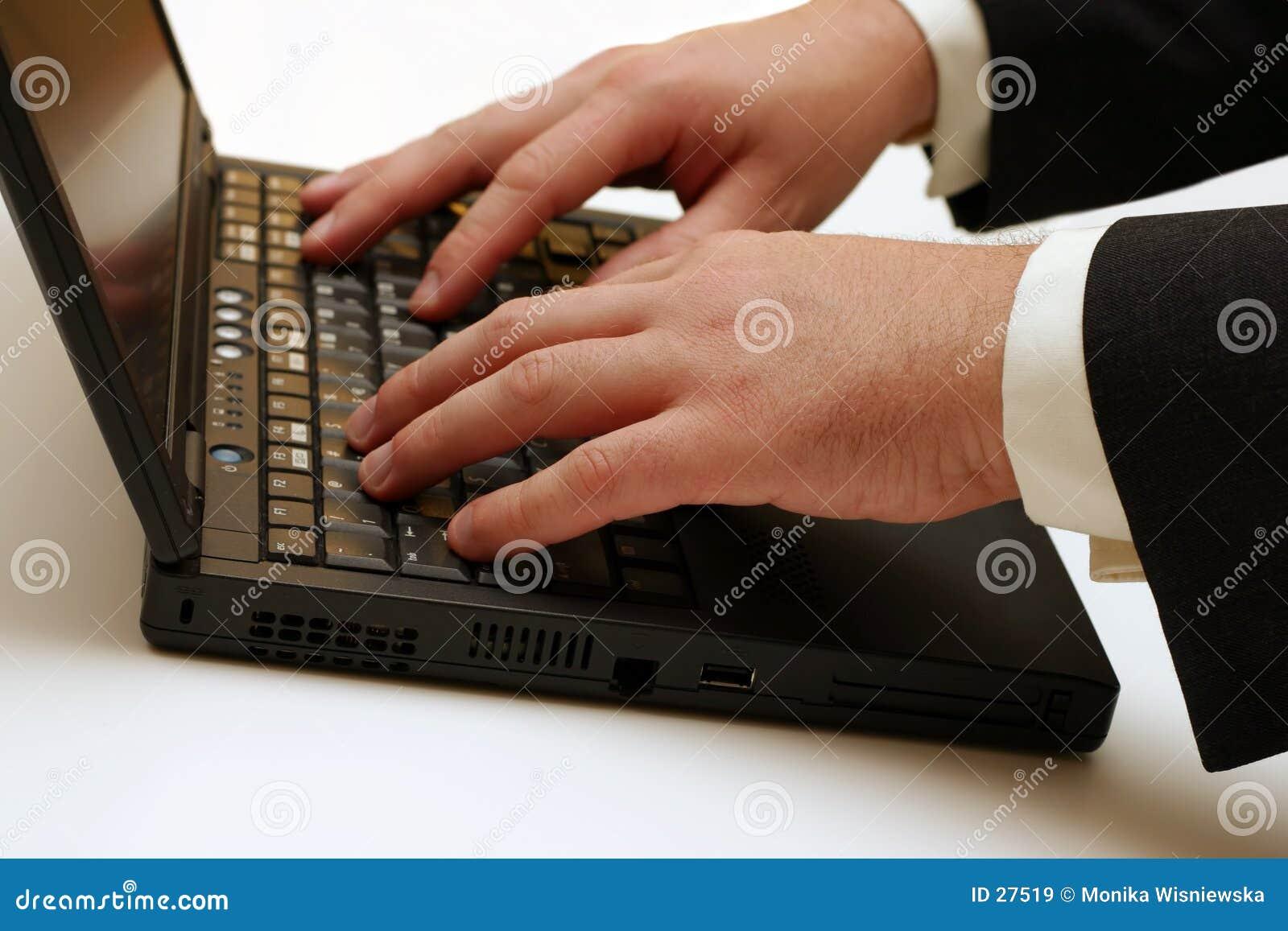 Portátil - datilografando