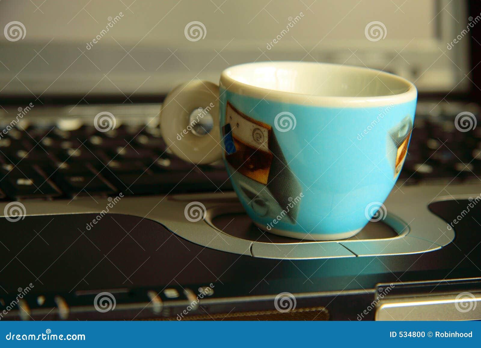 Portátil e café-copo