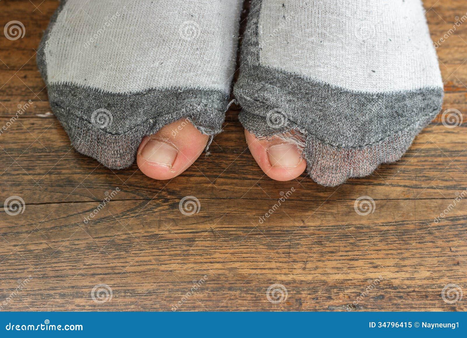 Portées chaussettes avec un trou et des orteils.