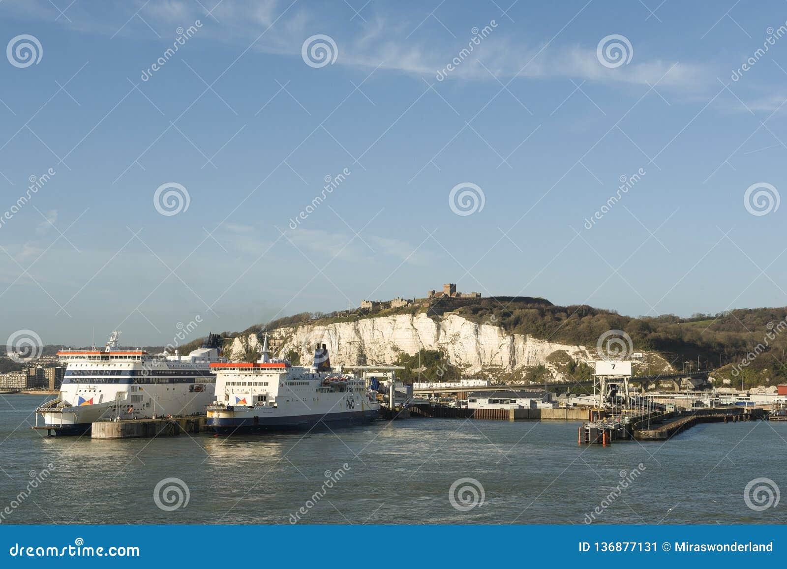 Port av Dover, med vita klippor och den Dover slotten och två färjaskepp av att ligga för P&O