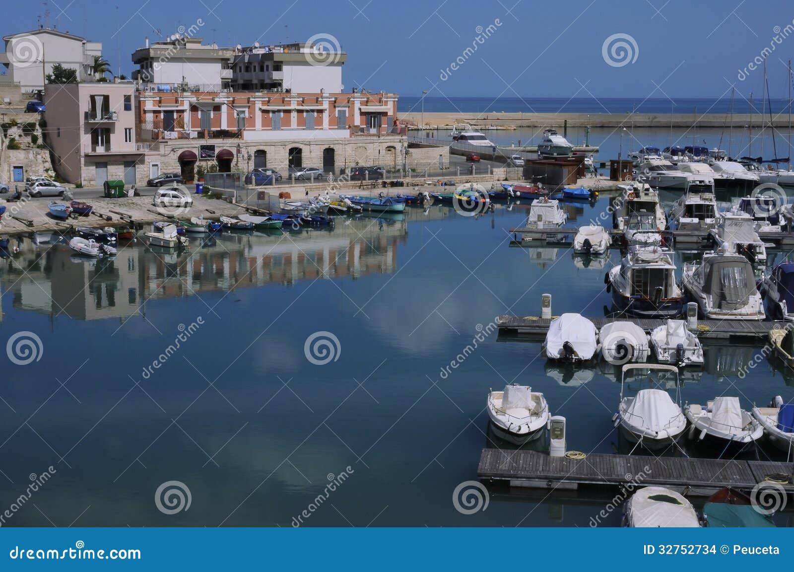 Port bisceglie pouilles italie photo stock image - Port des pouilles ...