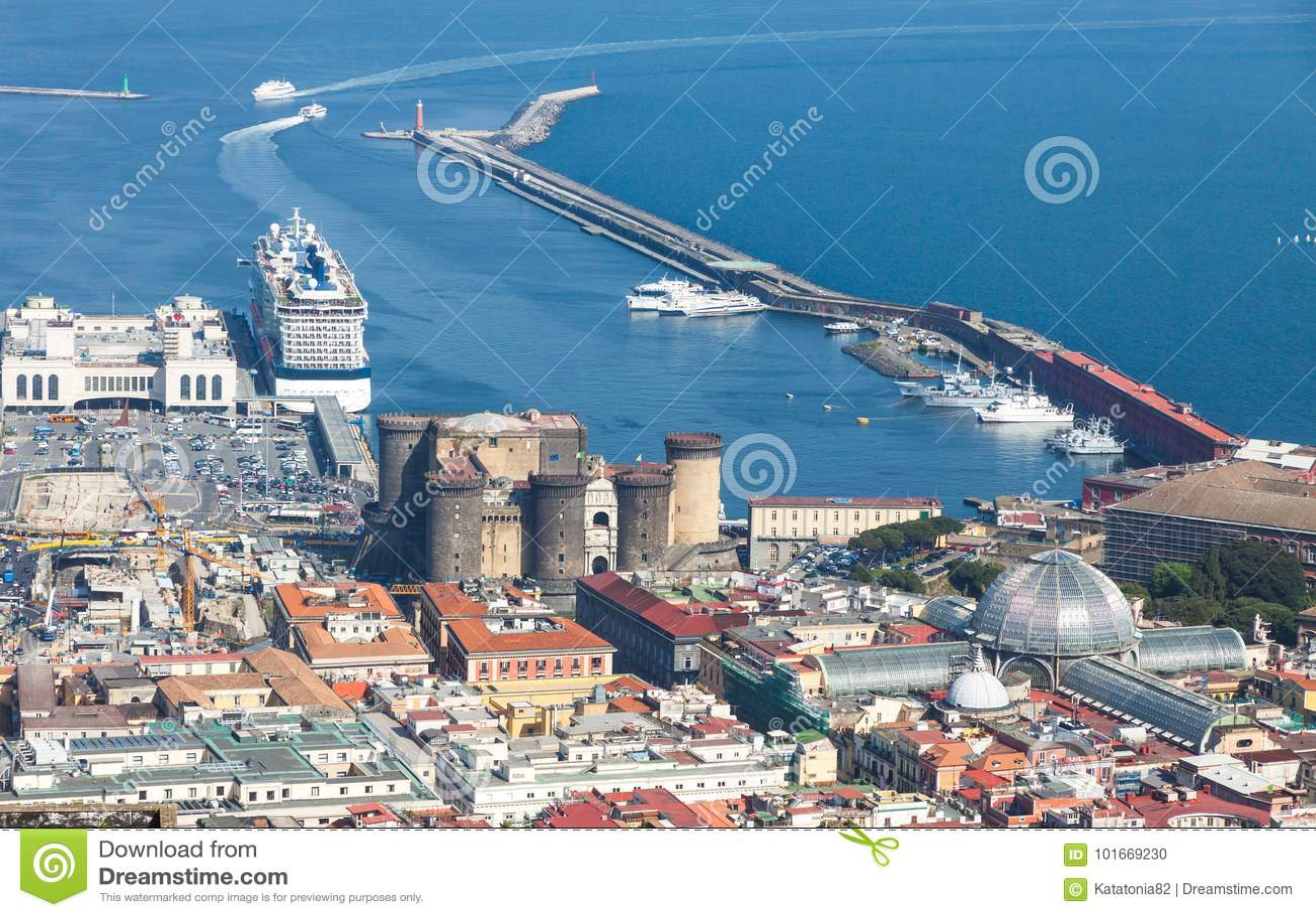 Port, Castel Nuovo och Galleria Umberto I i Naples, Italien