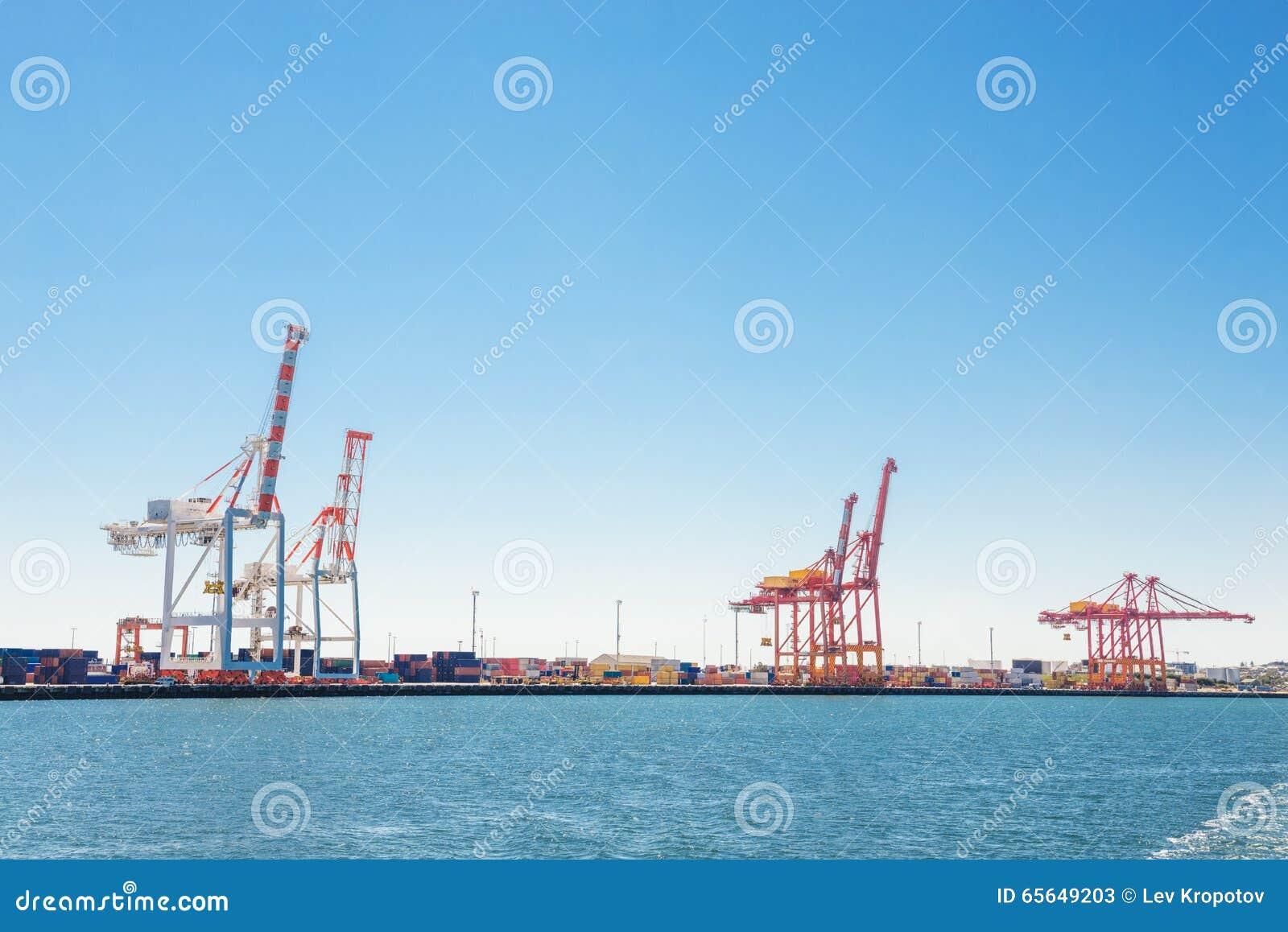 Port de cargaison avec des grues
