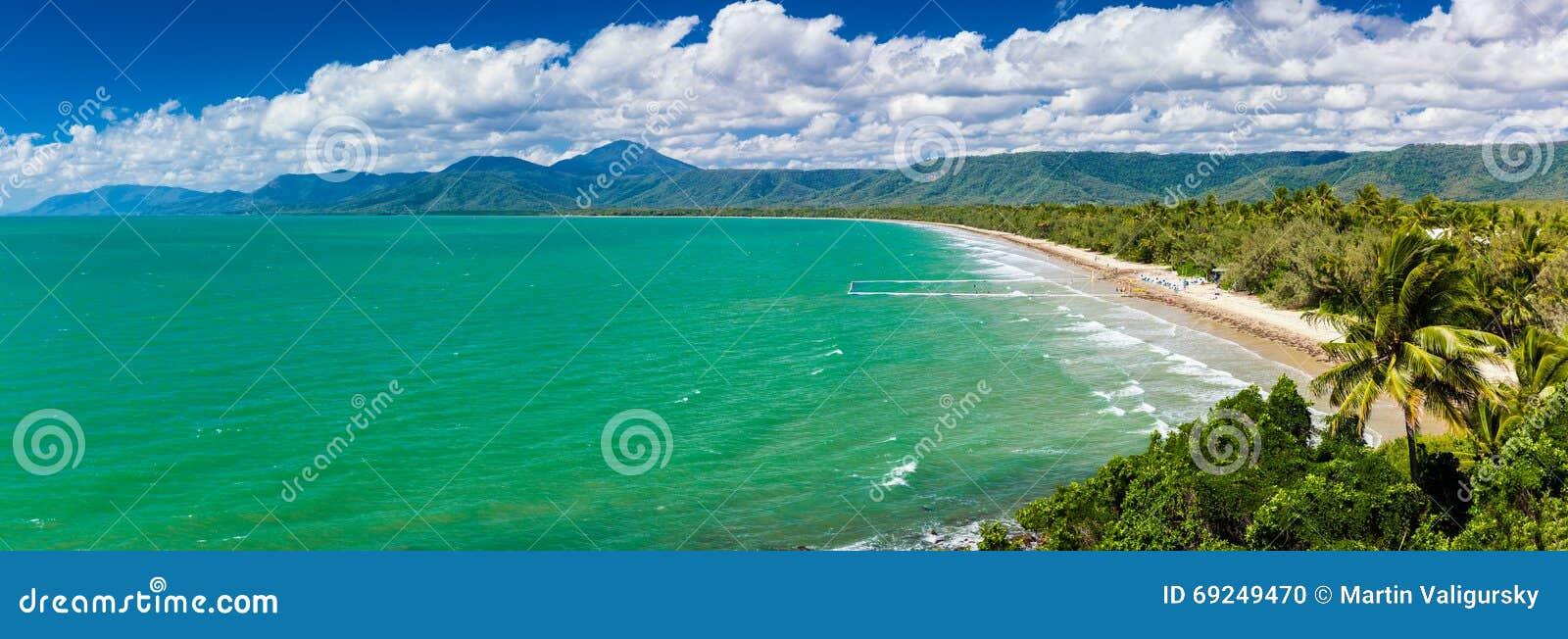 Port Douglas пляж 4 миль и океан на солнечный день, Австралия