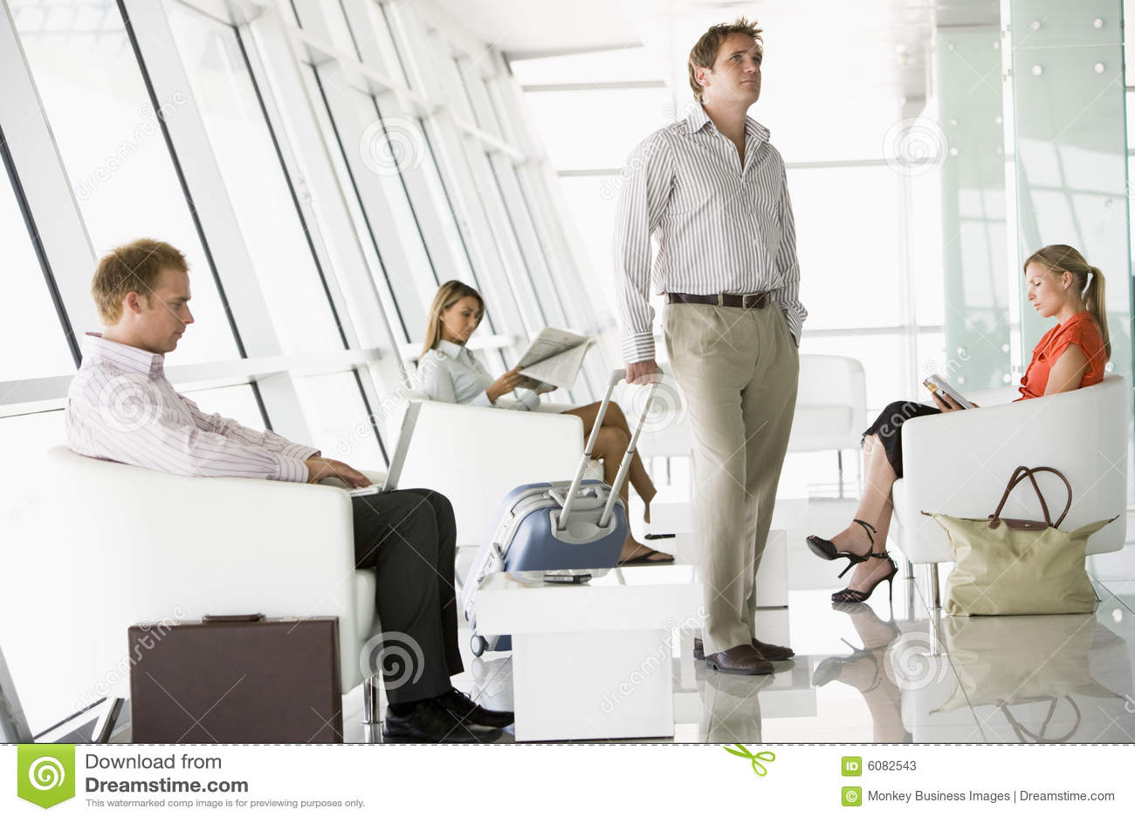 Port lotniczy pasażerów wyjścia holów czekać