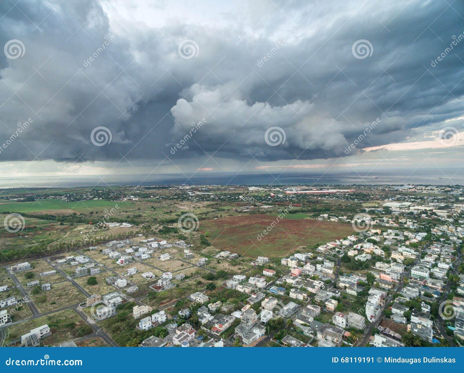 PORT-LOUIS, ÎLES MAURICE - 4 OCTOBRE 2015 : Paysage avec le ciel orageux à Port-Louis, Mautirius