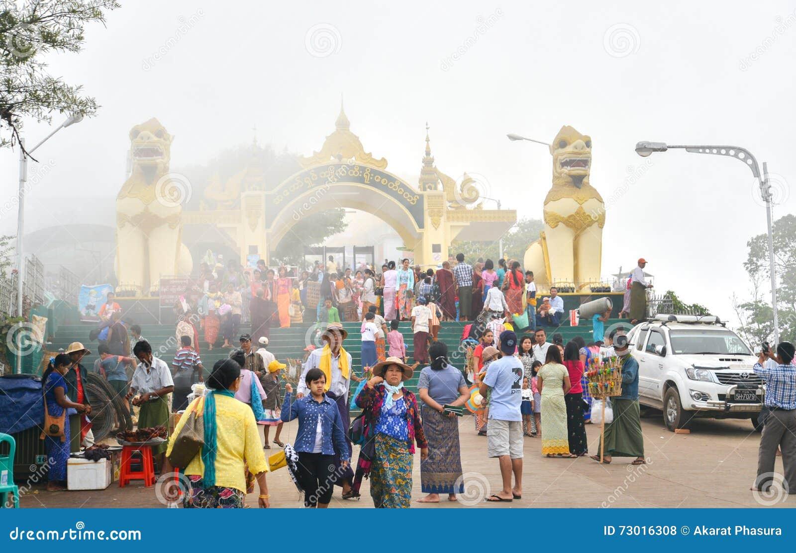 Port till den guld- Kyaiktiyo pagoden (vagga), i mist
