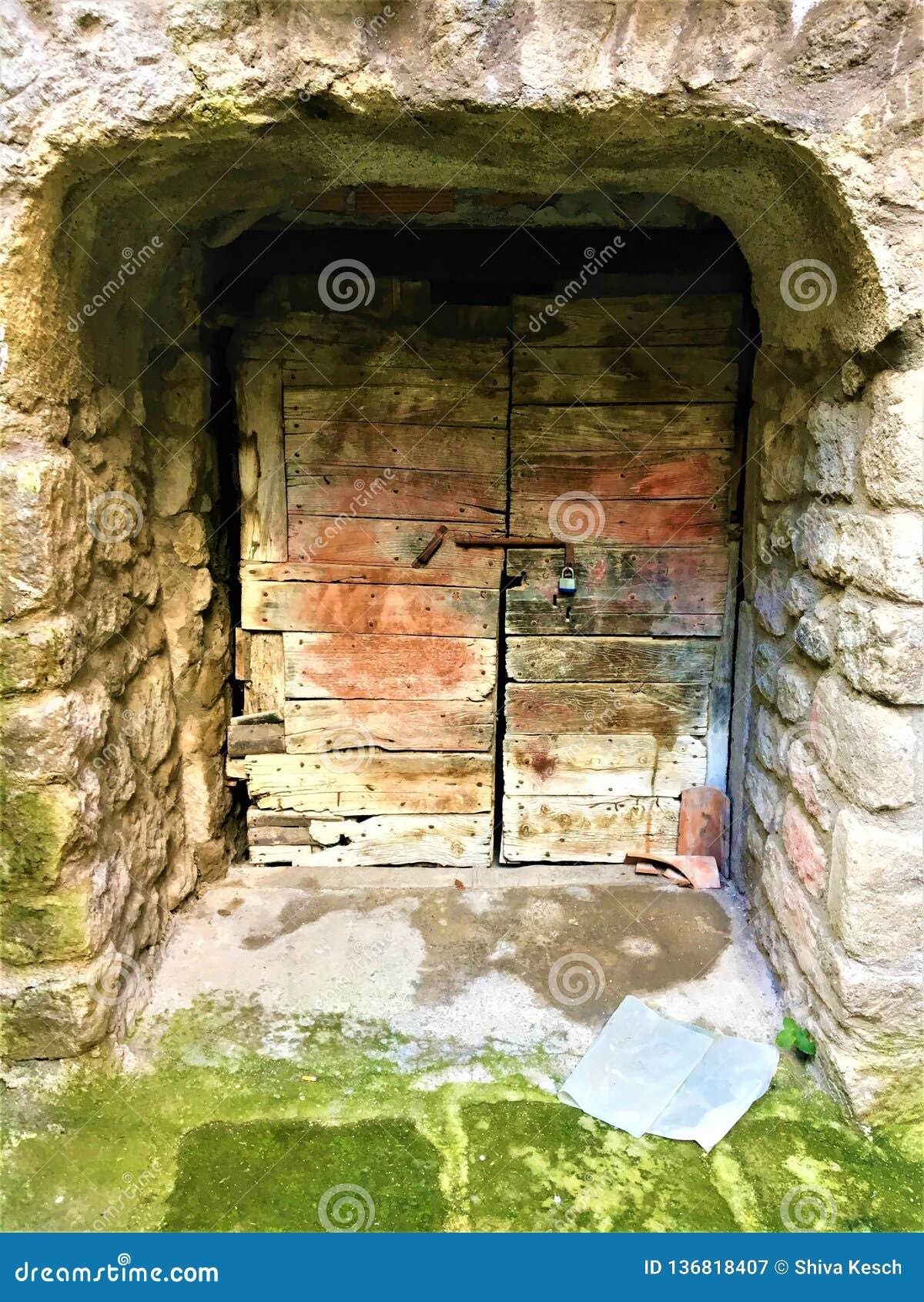 Porta antiga, mistério e entrada secreta