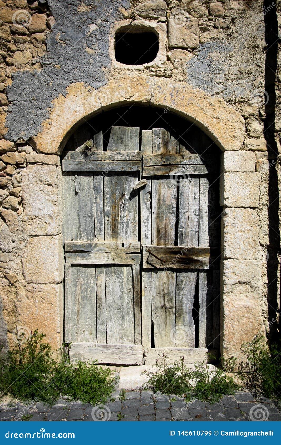 Porta antiga velha da casa em um país italiano
