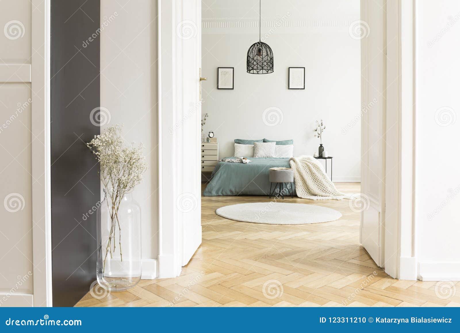 Porta Aperta All\'interno Bianco Della Camera Da Letto Con Il Parquet ...