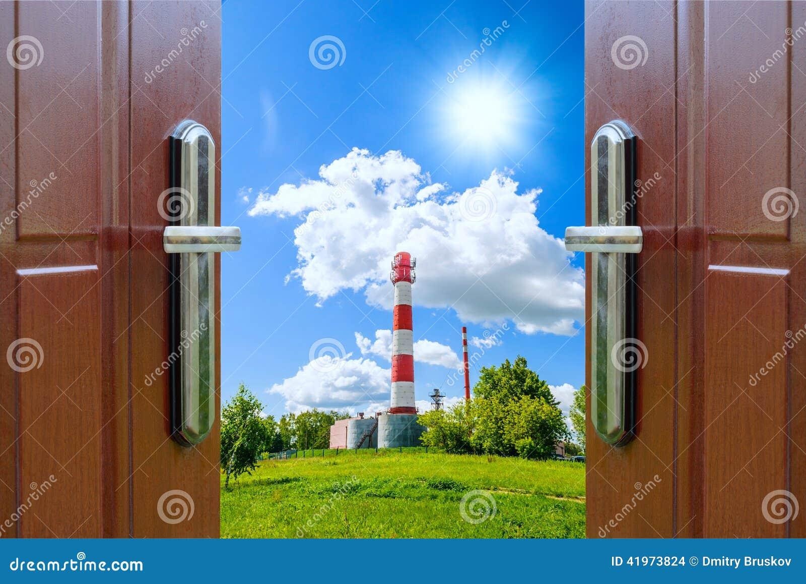 Porta aperta con del prato verde illuminato da sole for Porta aperta