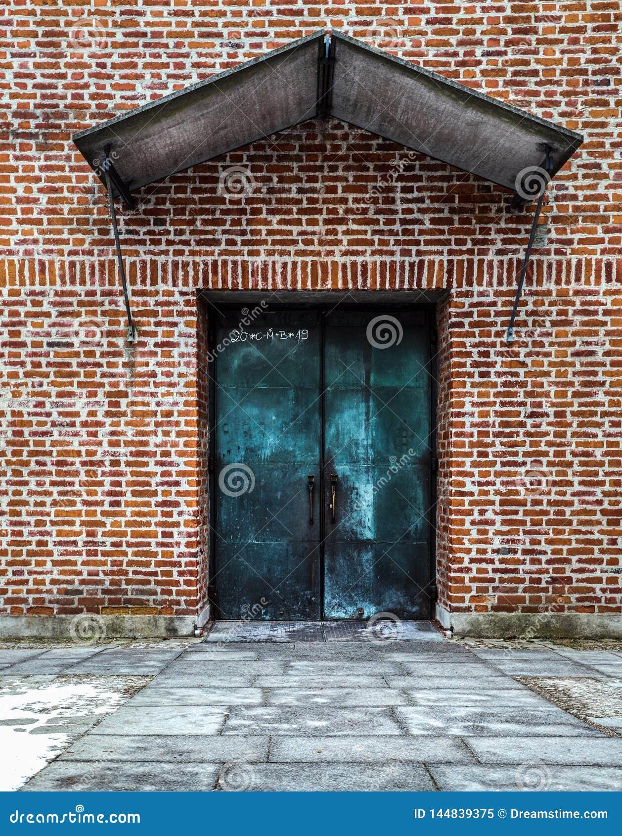 Porta azul na parede de tijolo vermelho