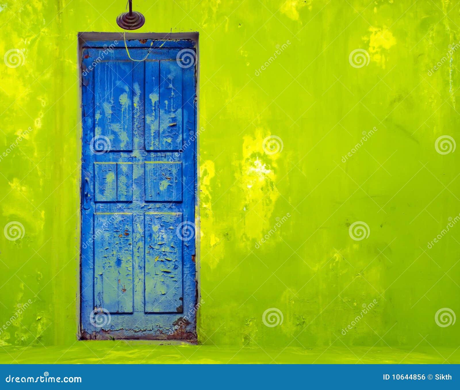 Porta azul na parede verde gasto