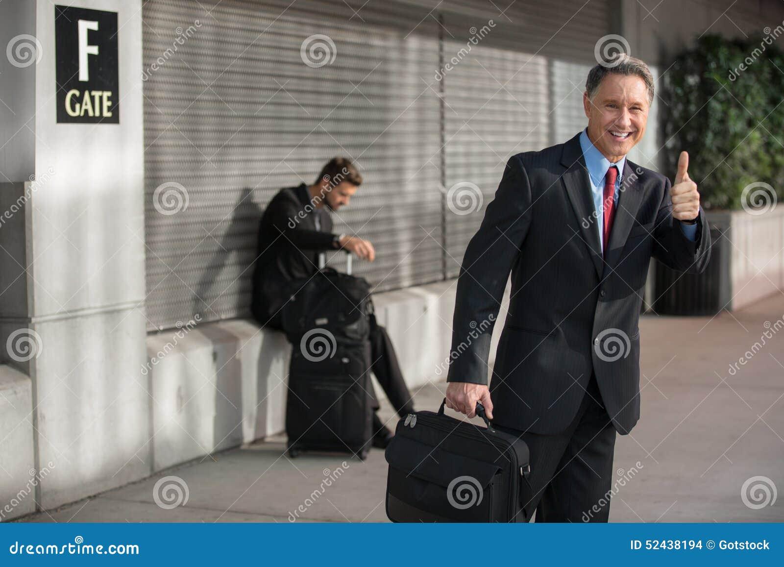 porta bem sucedida de work trip airport do homem de negócios foto de