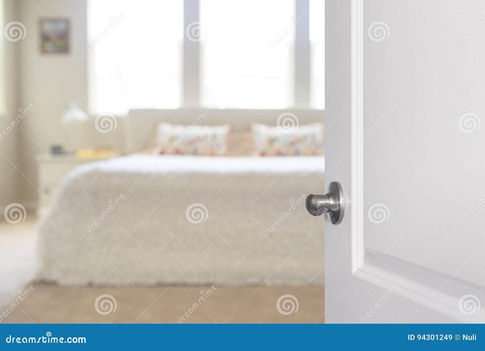 Riscaldare Camera Da Letto porta bianca aperta alla camera da letto immagine stock