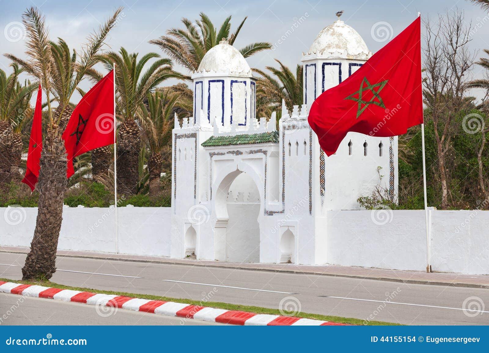 Porta branca antiga ao parque em Tânger, Marrocos