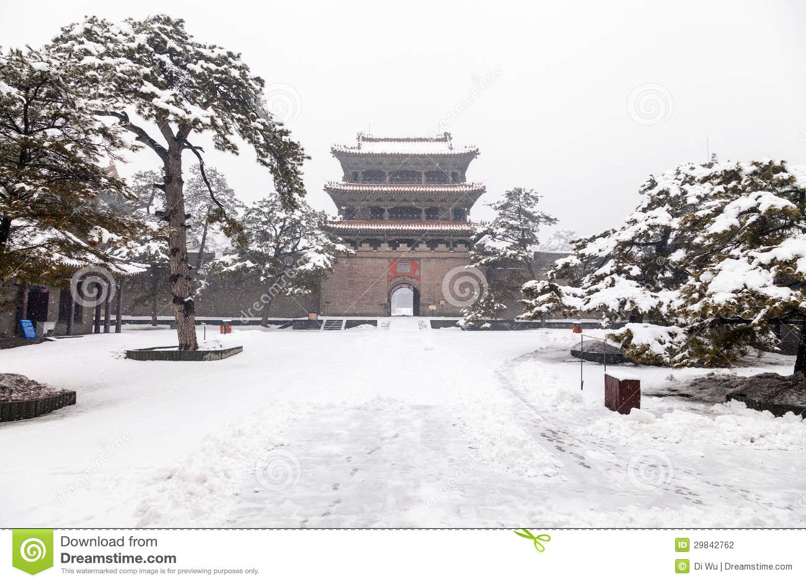 Porta chinesa antiga no inverno