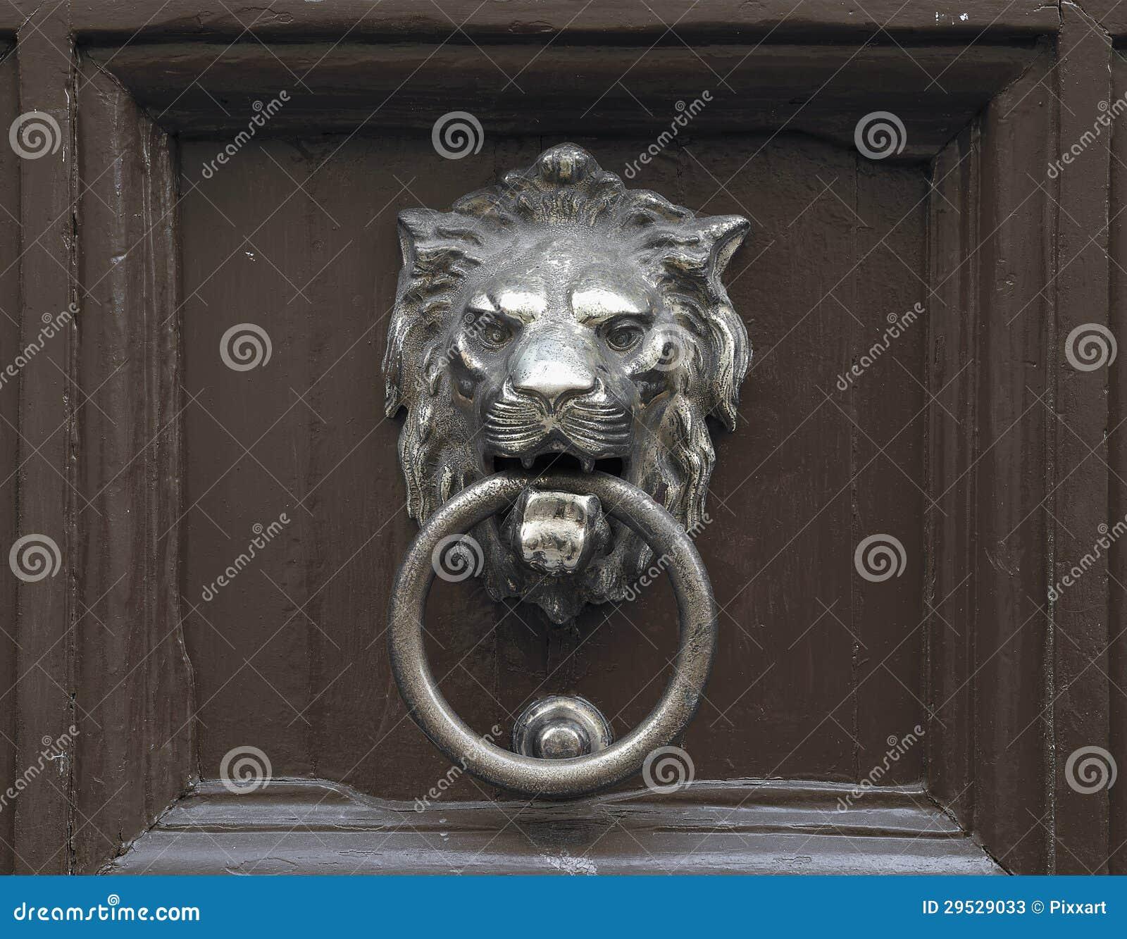 Porta com a aldrava de porta do leão