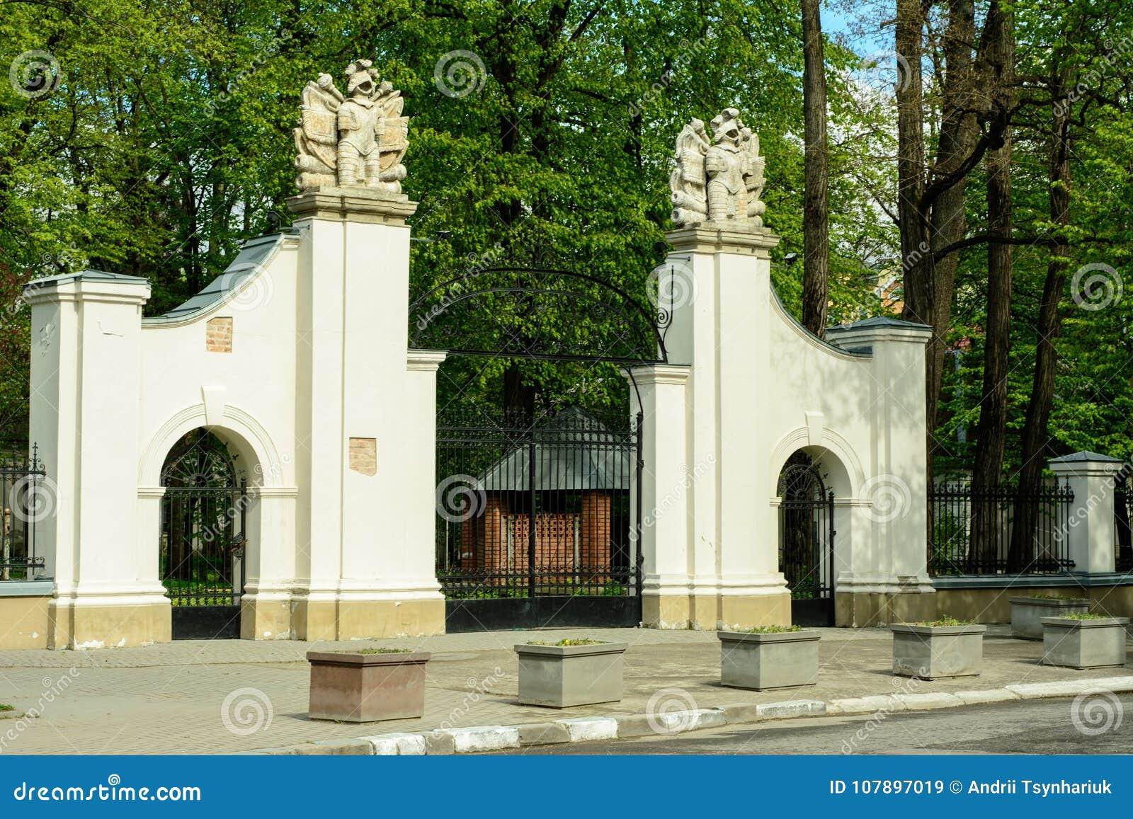 A porta da cidade ucraniana encantador de Ivano-Frankivsk ucrânia