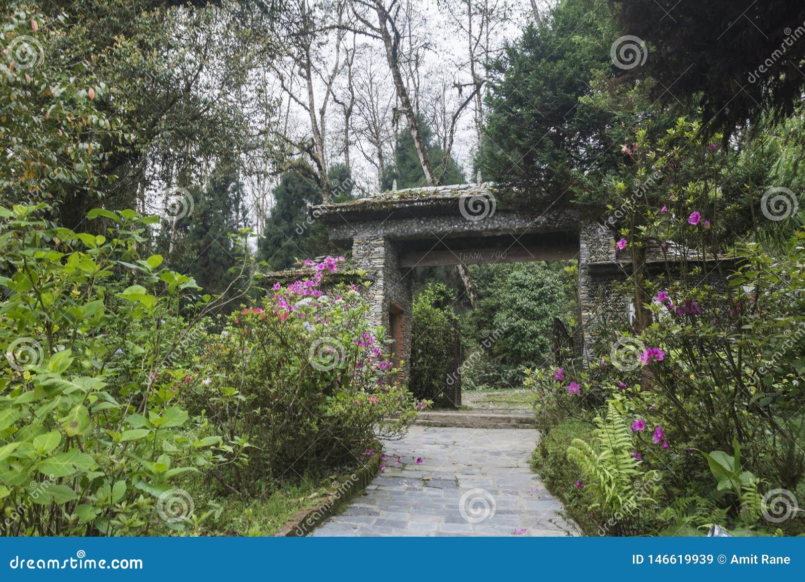 Porta da entrada do parque biológico perto da propriedade do chá de Temi, Sikkim, Índia