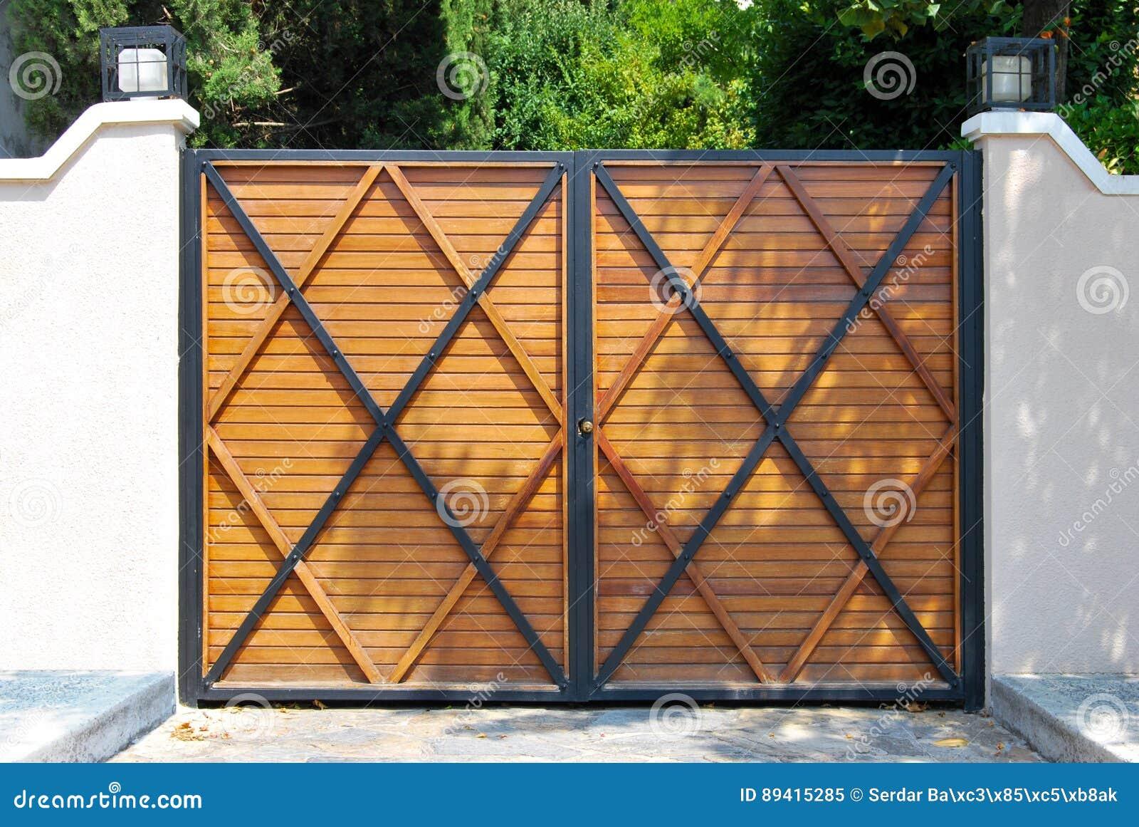 Porta da rua de madeira