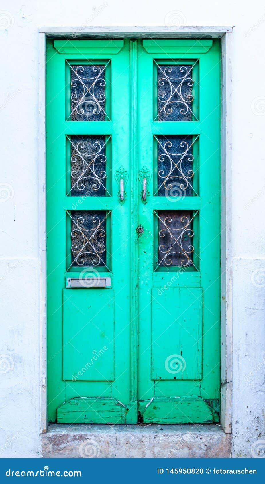 Porta da rua portuguesa tradicional - verde vibrante