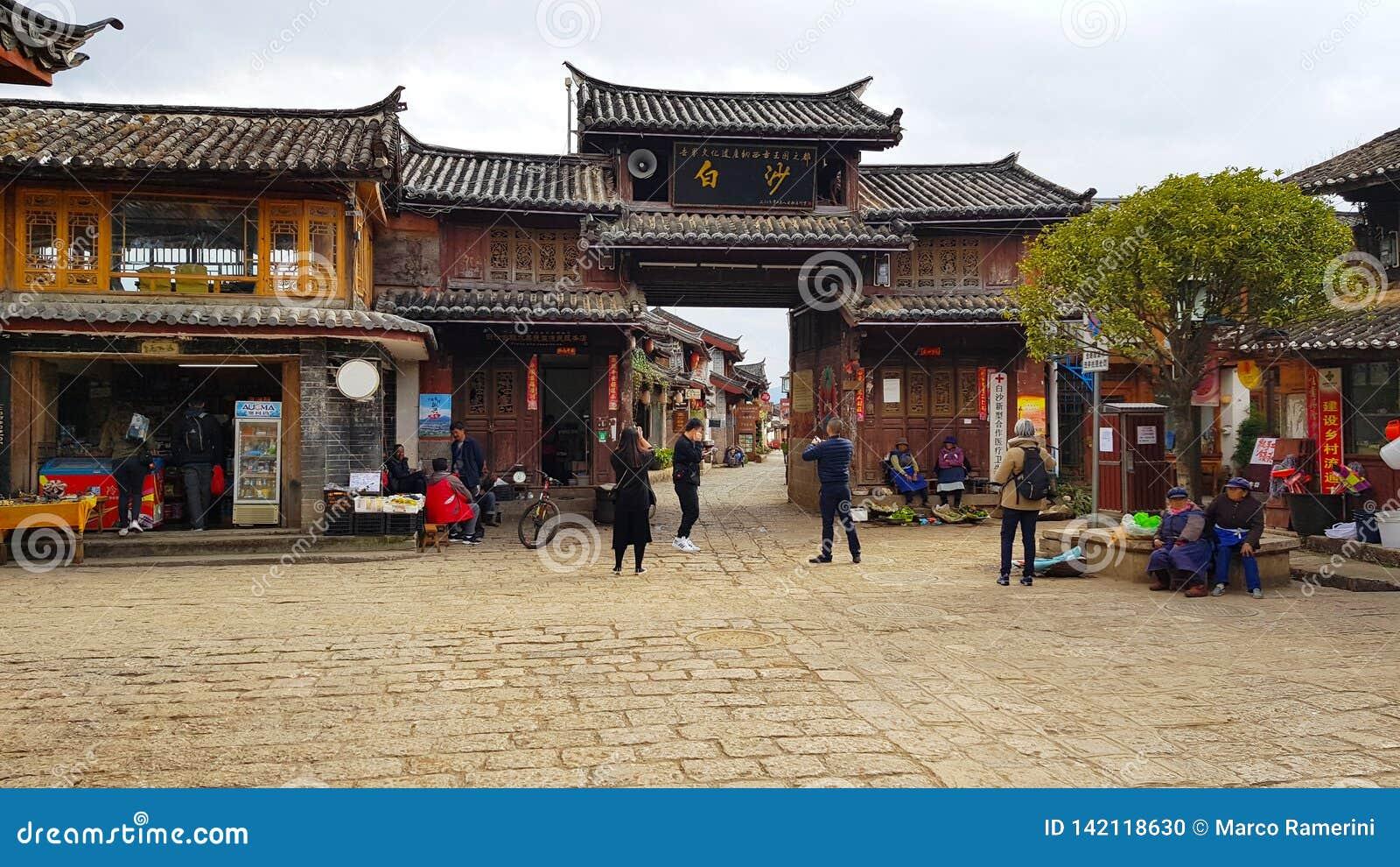 Porta de acesso da vila de Baisha, Lijiang, Yunnan, China
