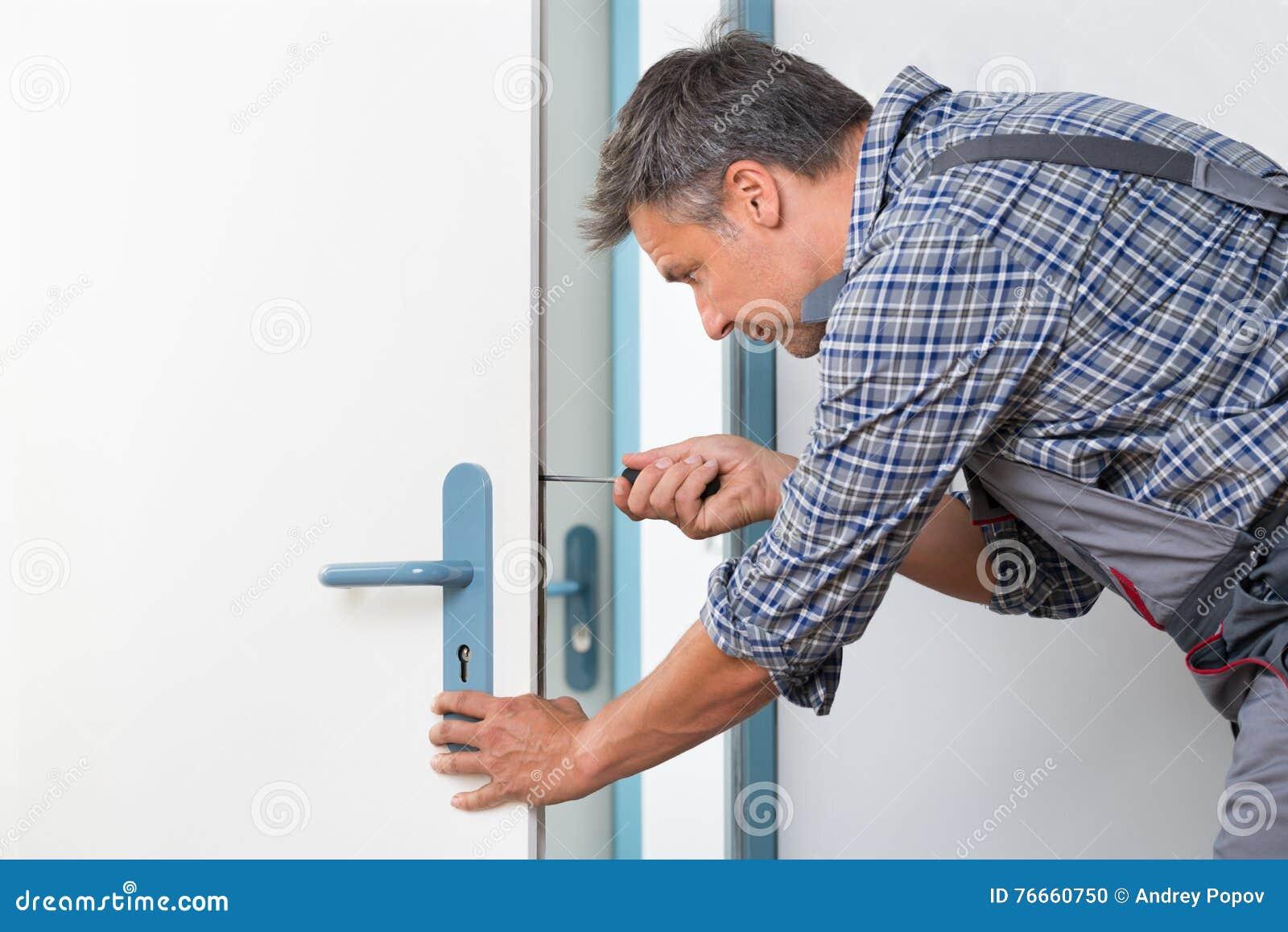 Porta de Fixing Lock In do técnico com chave de fenda