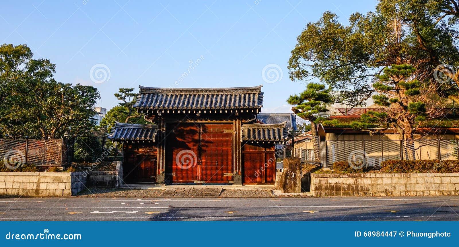 Porta de madeira do santuário xintoísmo em Kyoto