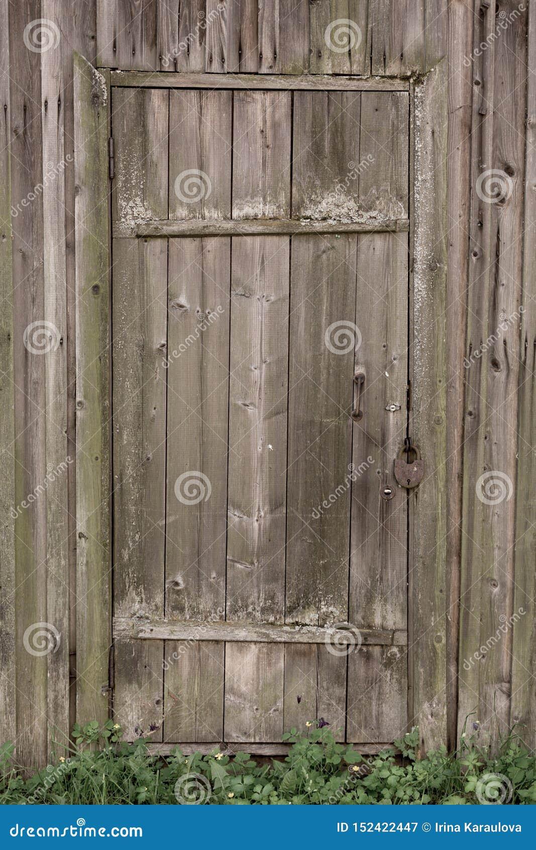 Porta de madeira fechado de uma casa de madeira velha Textura da madeira