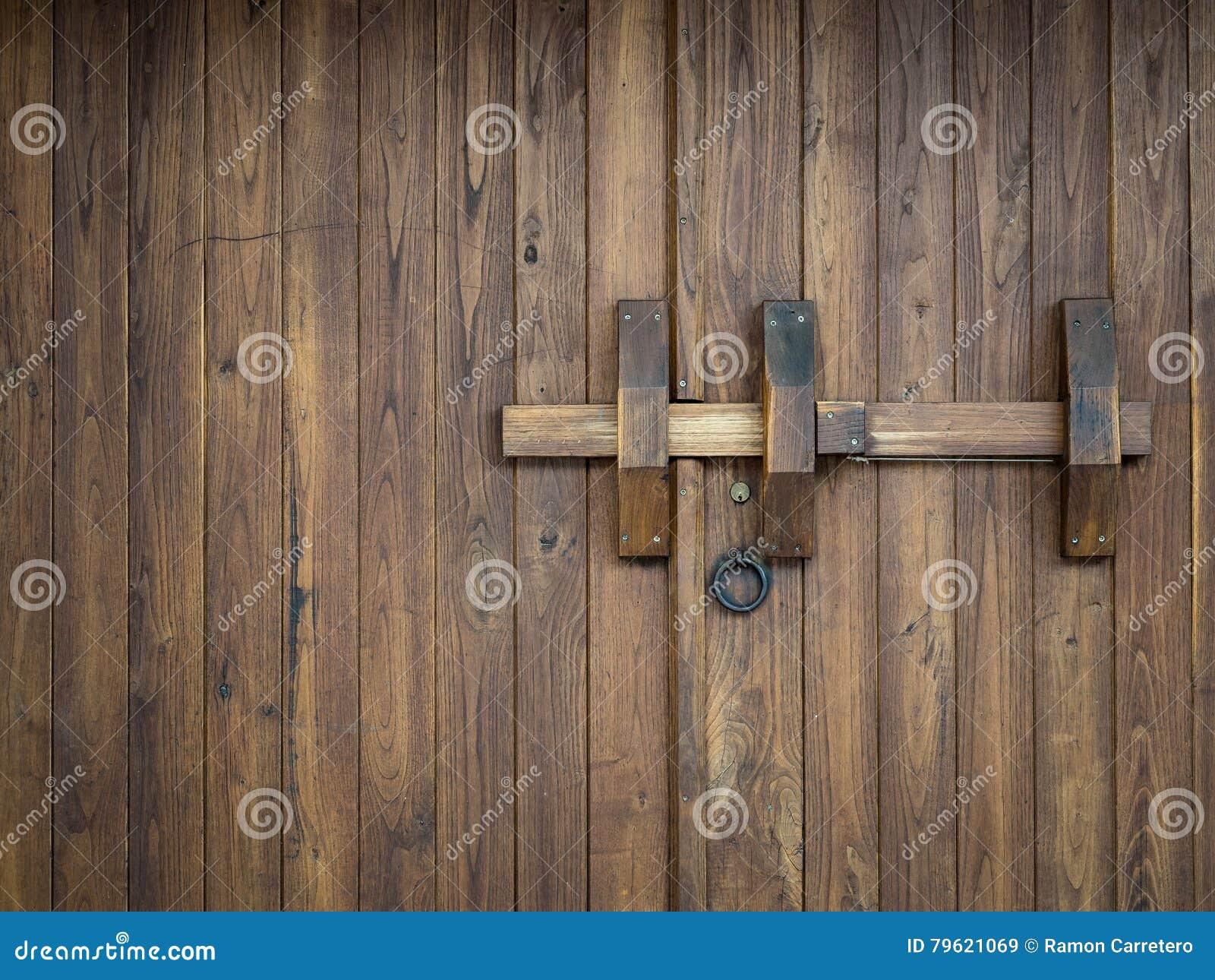 Porta de madeira velha fechado com um parafuso grande