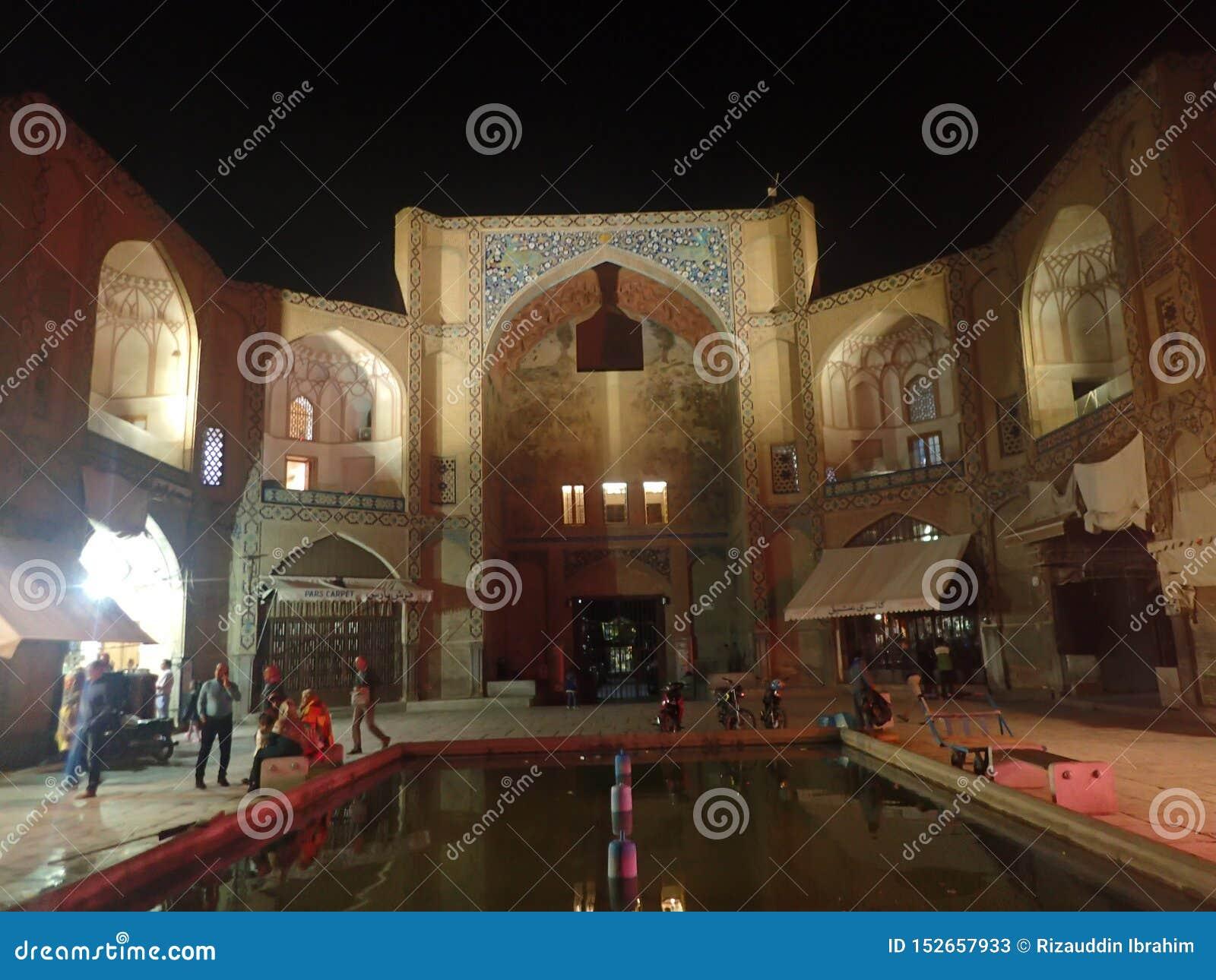 A porta de Qeysarie que é a entrada principal Naqsh-e Jahan, bazar em Isfahan, Irã