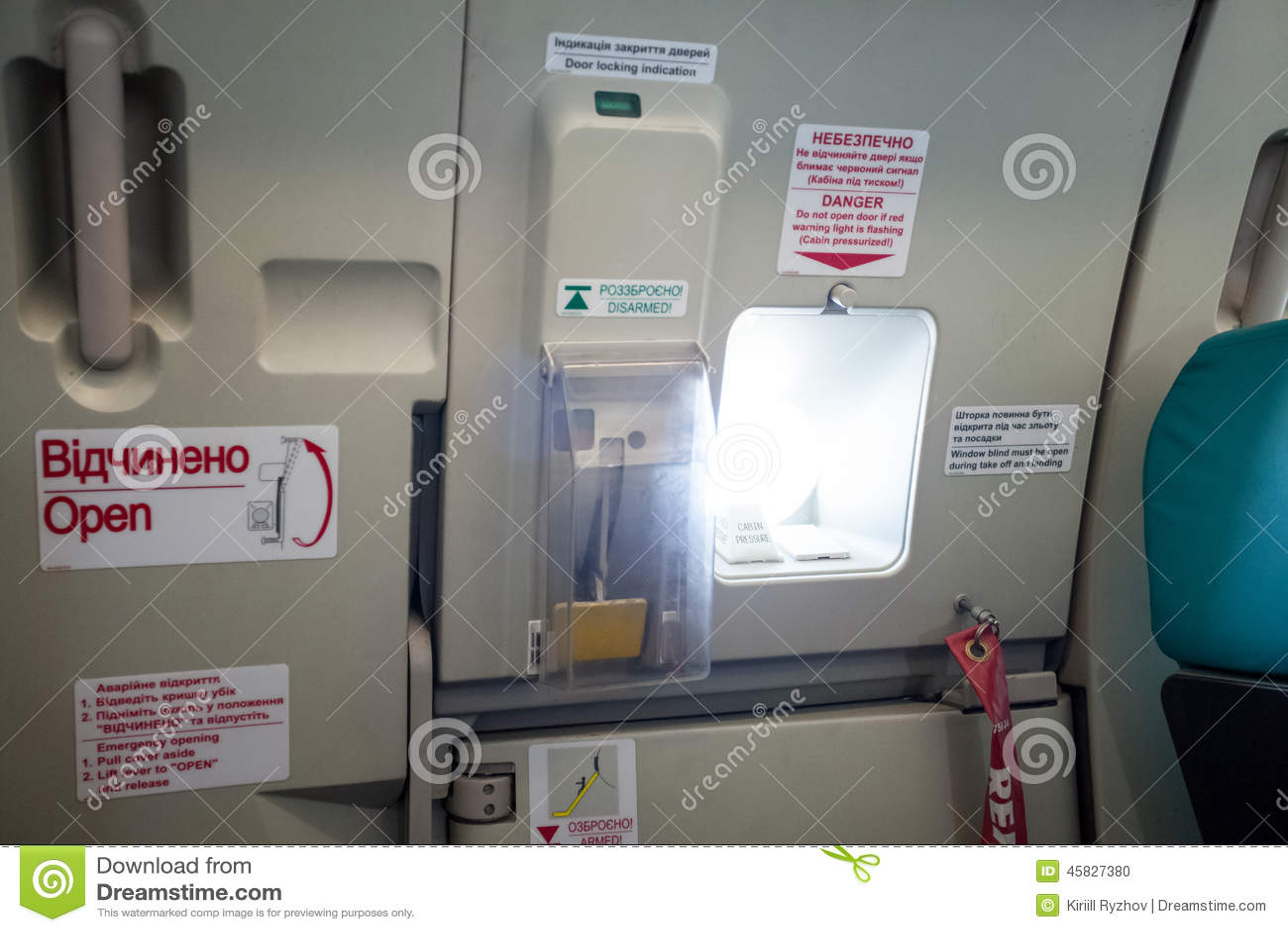 Porta De Saída Da Emergência Com A Vigia No Avião Foto de Stock  #1A6376 1300 957