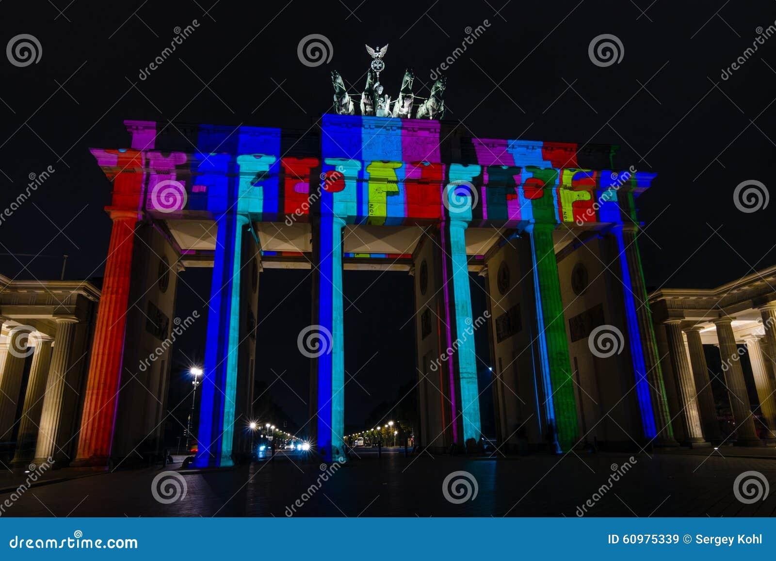 Porta di brandeburgo nellilluminazione di notte immagine stock