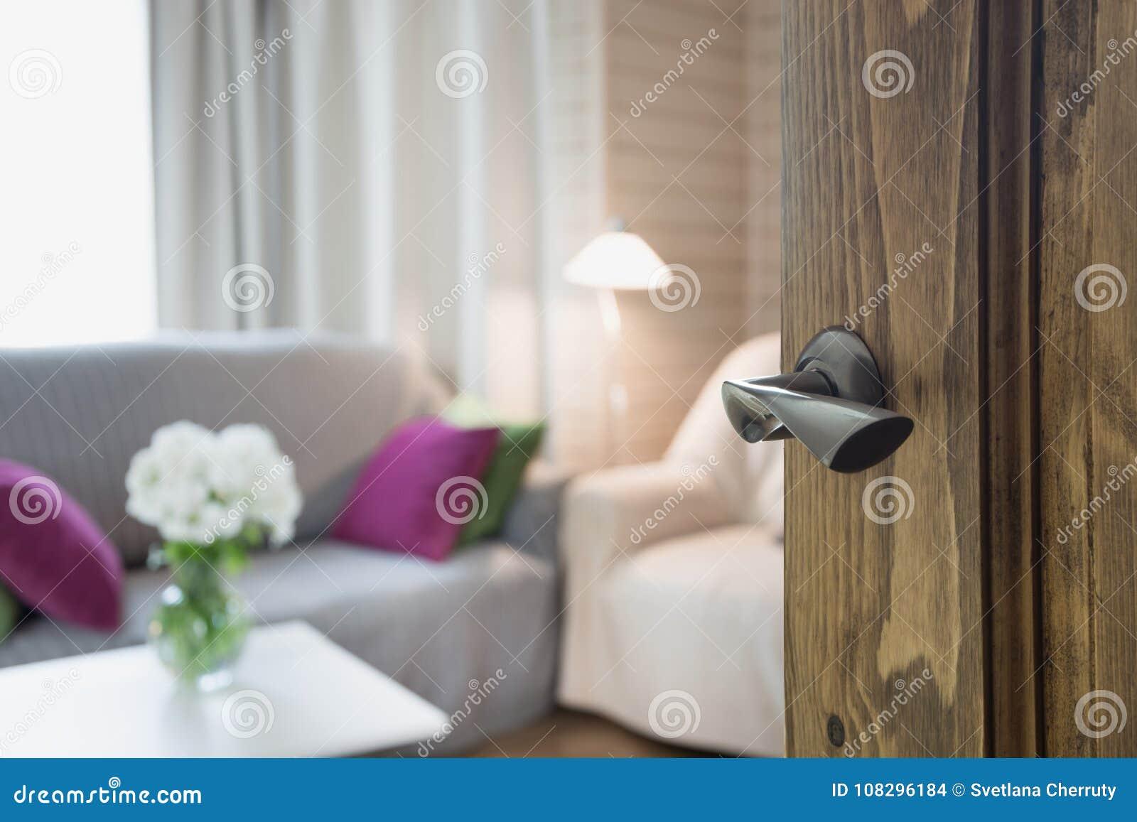 Porta di legno aperta all interno moderno del salone con la sedia