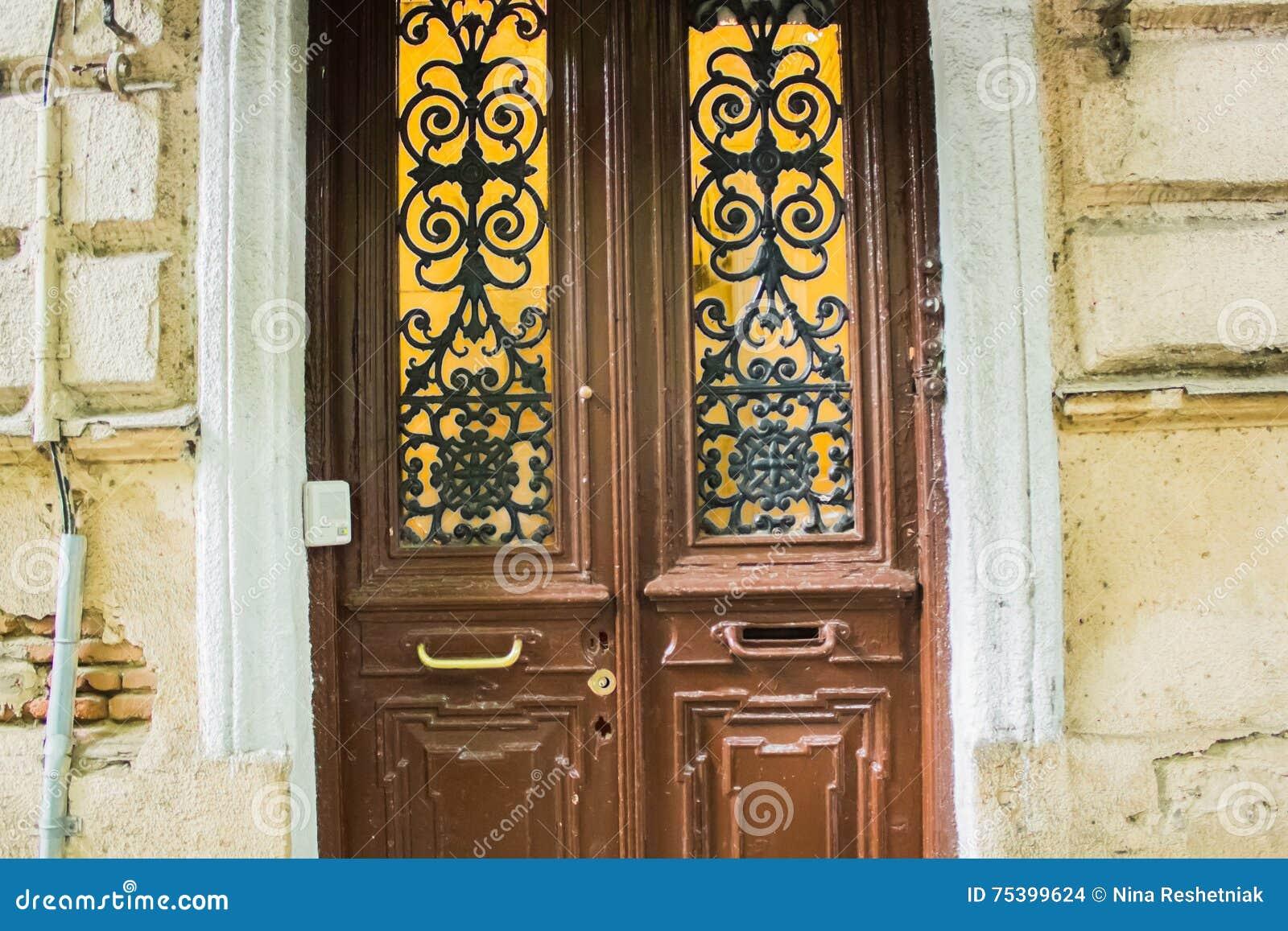 Porta di legno d 39 annata con le barre di ferro battuto - Porta tv ferro battuto ...