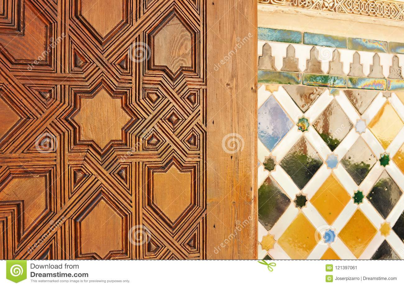 Mosaico Di Legno.Porta Di Legno Scolpita E Mosaico Delle Mattonelle Con Stile