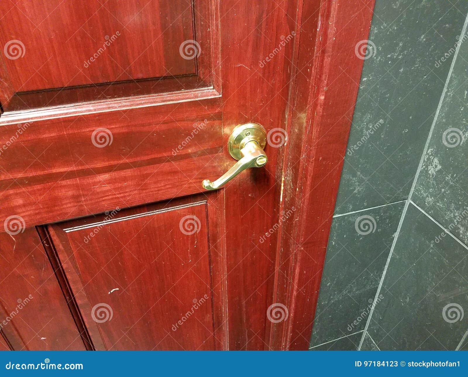Bagno Marrone Scuro : Porta di rosso e di marrone scuro con la maniglia in bagno