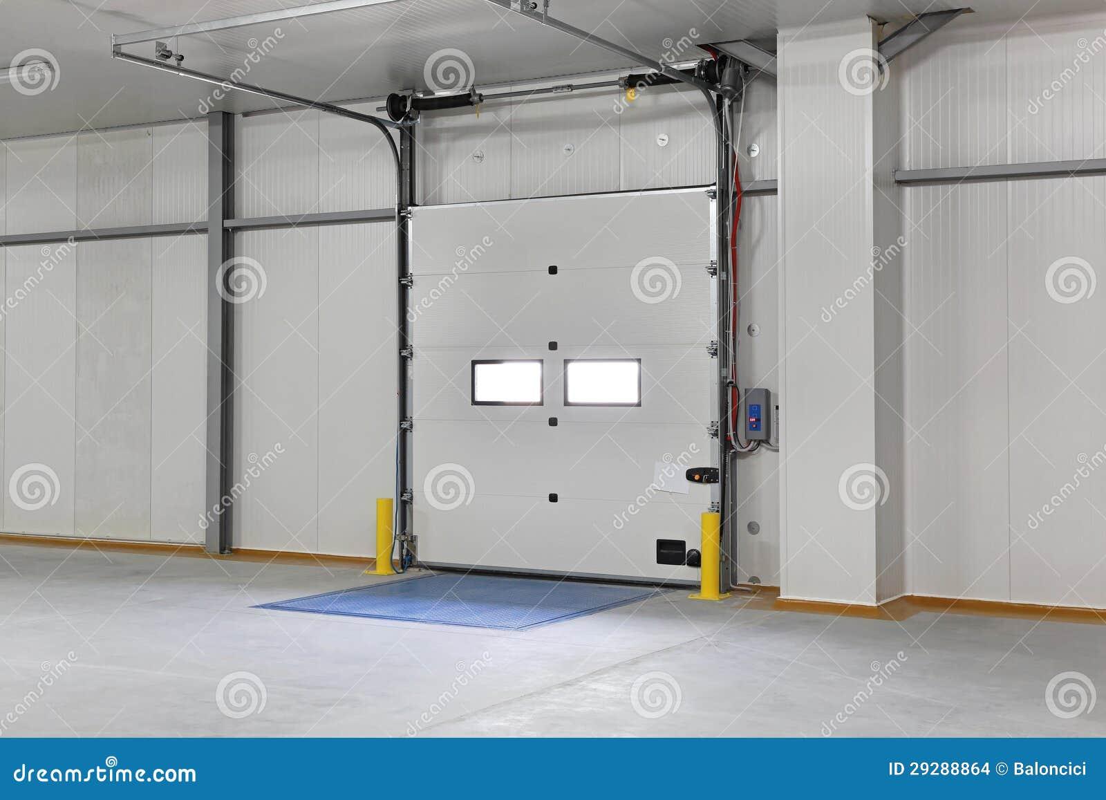 Porta do armaz m foto de stock imagem de entrada garagem for Porta m